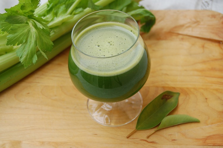 F  EATURED RECIPE: GREEN GODDESS SMOOTHIE   Start your year off right with this delicious and detoxifying smoothie!