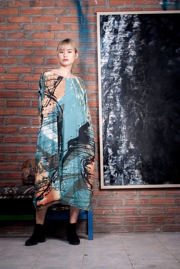 Thu Tran is a Hanoi-based abstract artist who also paints linens, silk and cottons transforming them into fabulous wearable art. Click here to see her facebook page. -