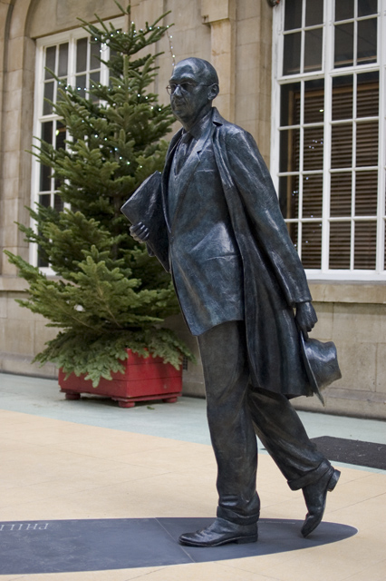 """Philip Larkin Statue Hull"" by Paul Harrop. Licensed under CC BY-SA 2.0 via Wikimedia Commons"