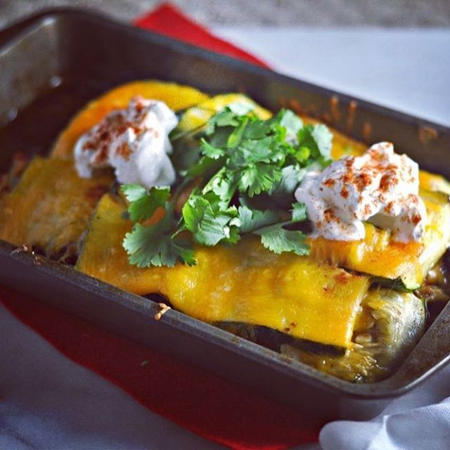 Keto Mexican lasagna is giving me serious taco tuesday vibes (on Saturday). 🌮🍅👯Recipe on modernlowcarb.com, linked in profile.  #lowcarb #keto #glutenfree #grainfree #primal #lactopaleo #jerf #lasagna #mexicanlasagna #instafood #eeeeeats #feedfeed