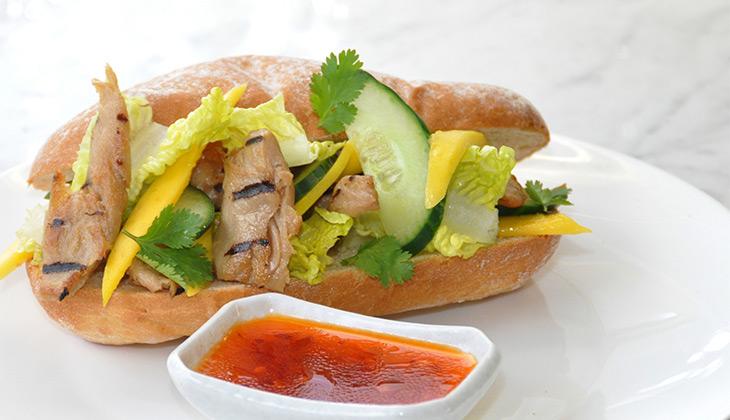 Sandwich with vegan chicken chunks