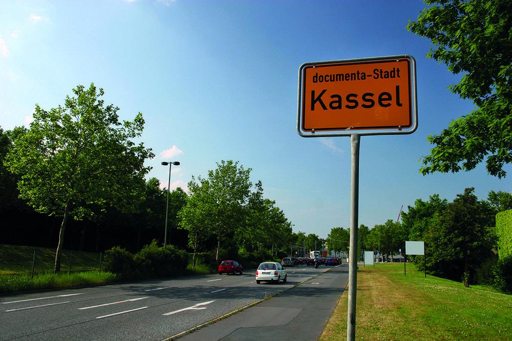 Ortsschild Kassel documenta Stadt am Auestadion; © Stadt Kassel; Foto: Andreas Weber