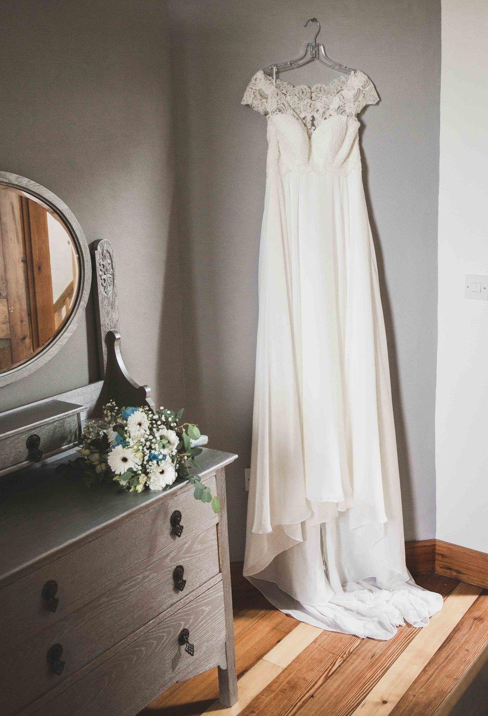 wedding dress photography hull.jpg