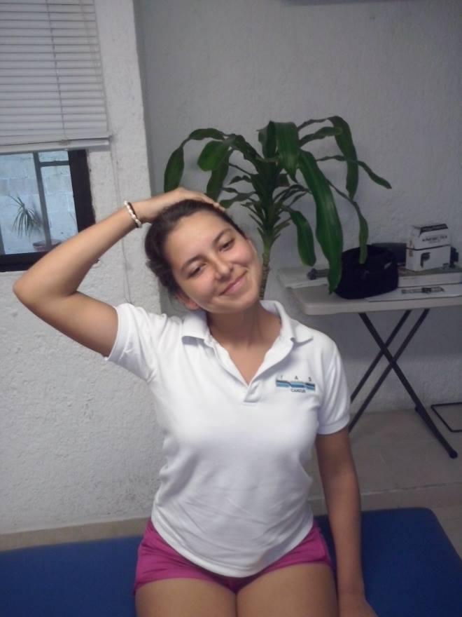 estiramiento cuello cabeza paciente quiropráctico