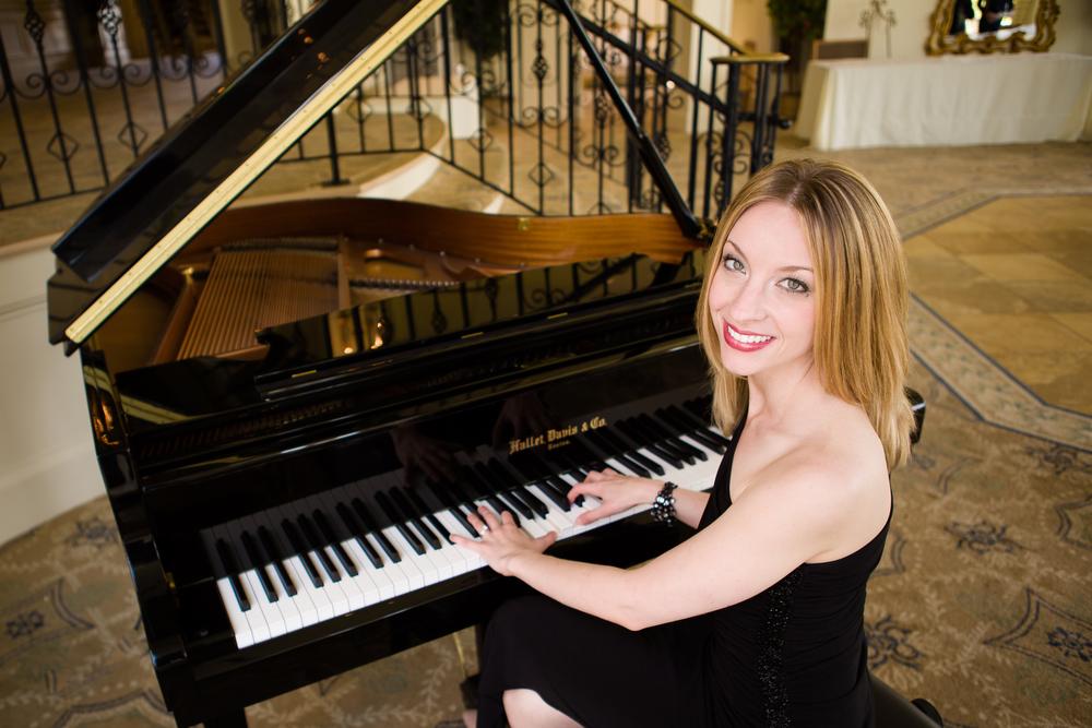 032Yvonne-pianist-singer-Vail-Fucci2398b.jpg