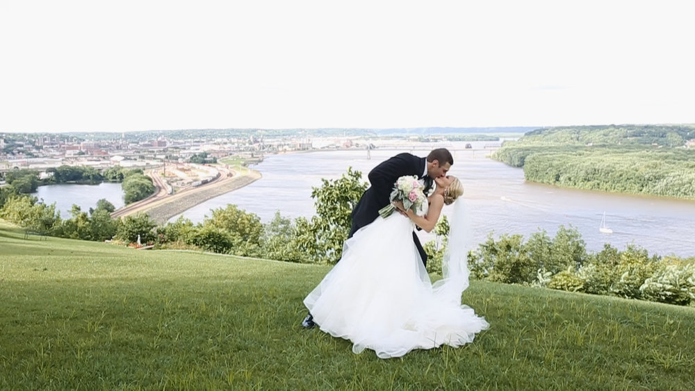 dubuque-bluff-mississippi-river-eric-emily-may-wedding-dip-kiss