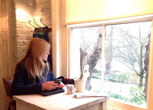 Back in London. Enjoying the freedom lifestyle 'workinglondonstyle' from anywhere. At Bill's in Richmond with a view of the Thames. (photo - worklondonstyle)