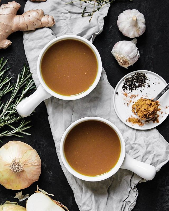 TO THE BONE • Spent the coldest weekend of winter finally checking another item off my cooking list: bone broth! Packed full of aromatics, with some ginger root and turmeric for even more immunity and anti-inflammatory benefits, this baby simmered for 14 hours and made the loft smell incredible. ✨