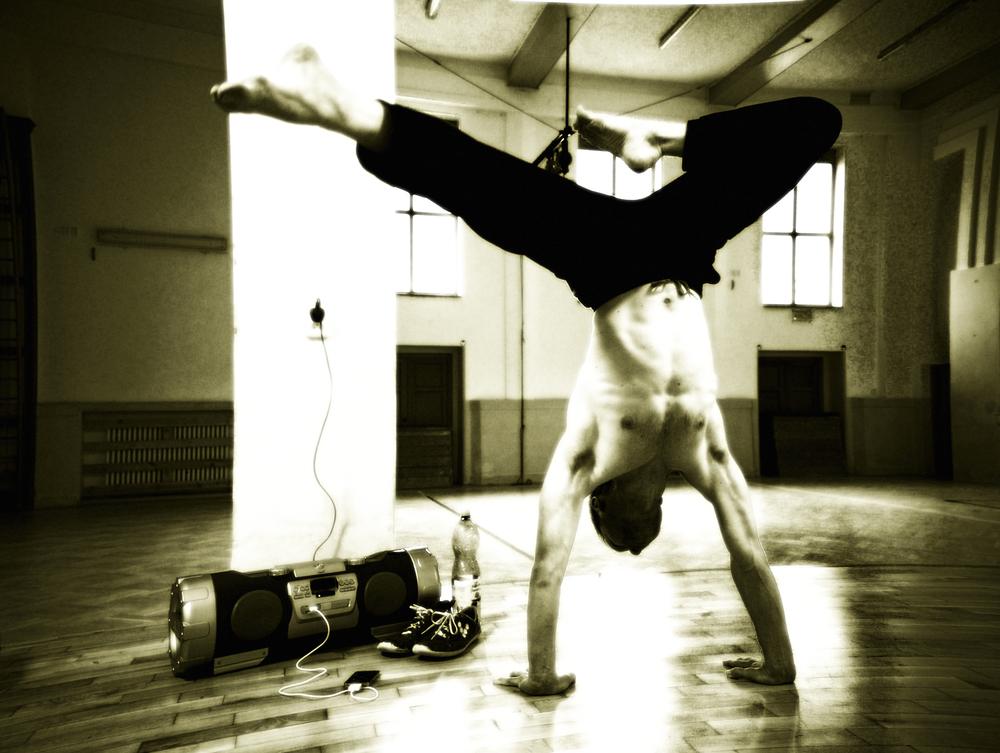 Cirkusový trik, nebo nástroj pro pochopení rovnováhy a držení těžiště těla vnězákladny?