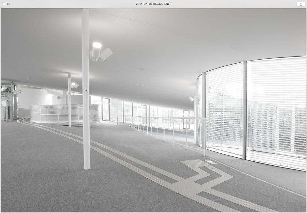 Image réalisée le 18 juin 2016 (EPFL, Rolex Learning Center). - L'exemple d'une image réalisée le 18 juin 2016: le fichier original «_DSC1220.nef» est renommé selon sa date de prise de vue, soit «2016-06-18_DSC1220.nef»