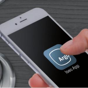 ABRIR CON SMARTPHONE - Gracias a la tecnología Bluetooth Smart, los usuarios de un smartphone podrán abrir cualquier puerta equipada con un dispositivo de control de acceso de la serie Smart, sin ningún hardware adicional en el teléfono. La aplicación gratuita ARGO capacita a cualquier teléfono con Bluetooth Smart Ready (iOS, Android, Windows Phone) para abrir la puerta.