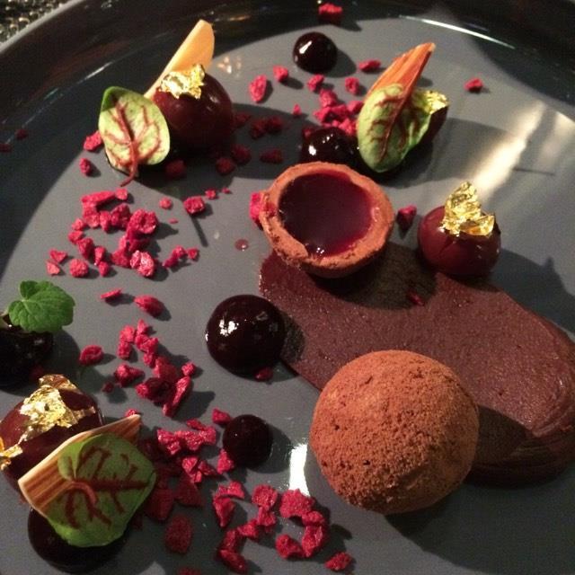 assiette de chocolats accompagné de son xo hennessy brasserie le délice