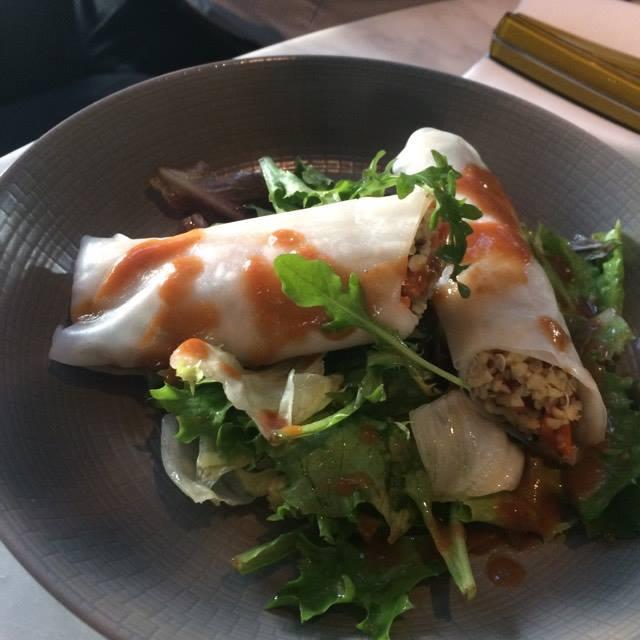 Cuisine franco-californienne oblige, savourez le rouleau de printemps quinoa.