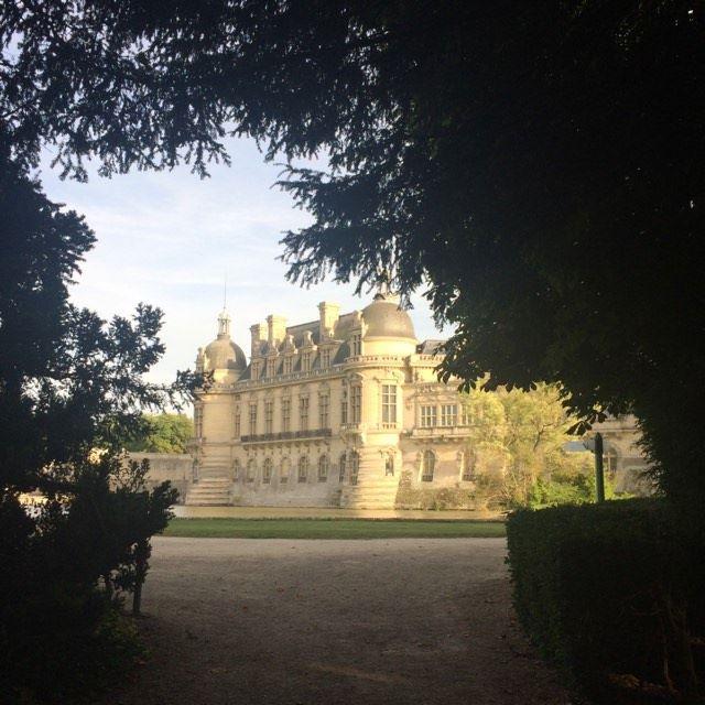 A 1/2 hr de  la Gare du Nord , découvrez l'écrin des Condé.  Le cousin du Roi Soleil  avait évidemment fait appel au fameux  Le Nôtre , le château et sa collection d'oeuvreS d'Art (la plus prestigieuse en France après le  Louvre ) sont le résultat acharné de son descendant  Henri d'Orléans, duc d'Aumale.