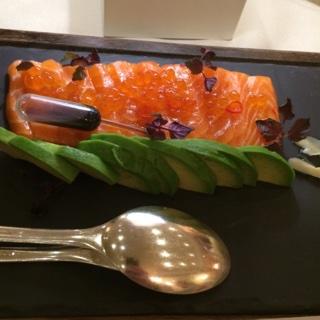 Sashimi de Saumon frais accompagné de ses oeufs façon caviar, avocats, chili et gingembre; Chef Fabio Boschero.