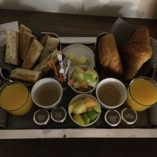 Petit dej Au top avec un room service efficace et ponctuel! BRAVO JULES & JIM!
