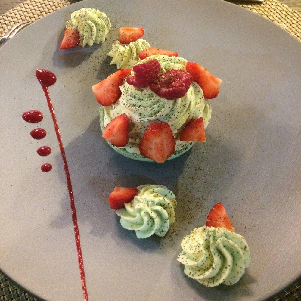Ayant fait ses classes chez Ladurée, la Pâtisserie du chef est une succulente Coque de macaron pistache fraise et gelée de thé Nuit à Versailles, un rêve digne du Roi Soleil!