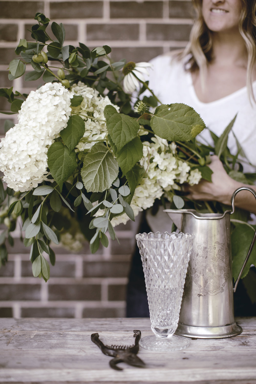 how to make a farmhouse floral and herb arrangement / heirloomed