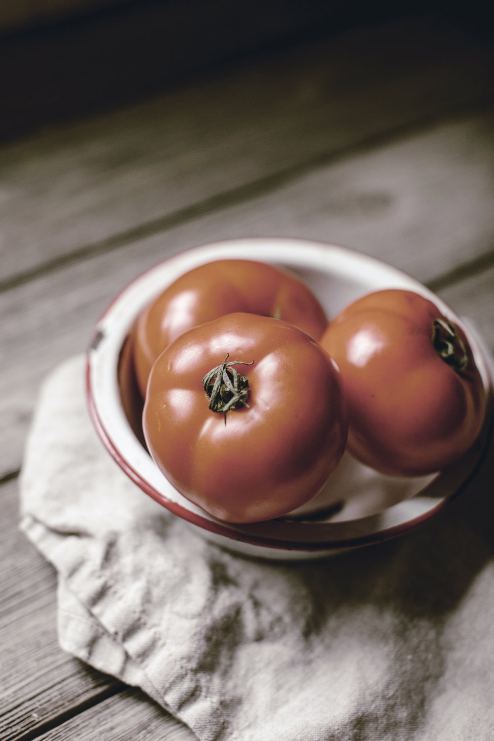 vintage enamelware bowl with perfect tomatoes / heirloomed