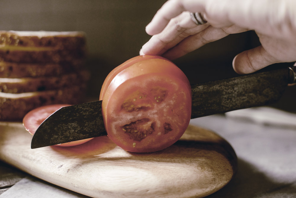 slicing tomatoes / heirloomed