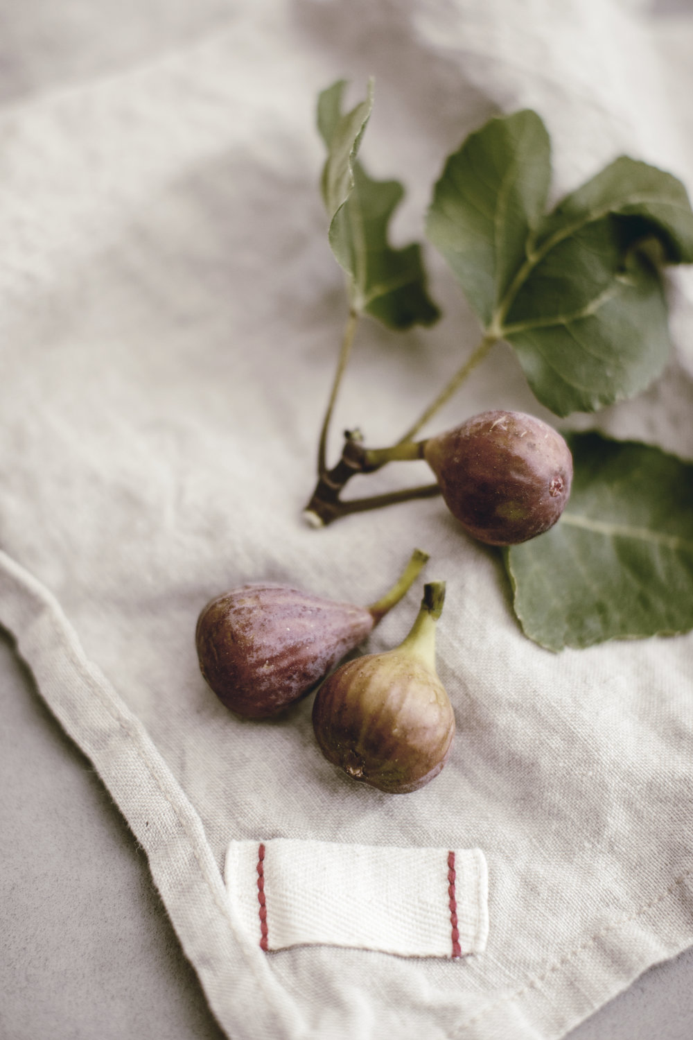 fresh figs on oatmeal linen napkin / heirloomed