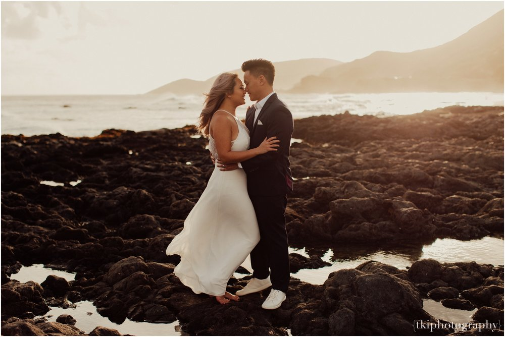 Couples-Session-Hawaii-at-sunset-cliffside_0003.jpg