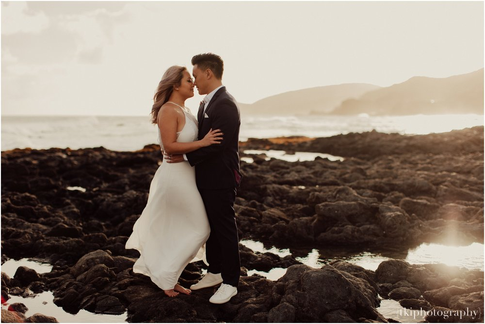 Couples-Session-Hawaii-at-sunset-cliffside_0004.jpg
