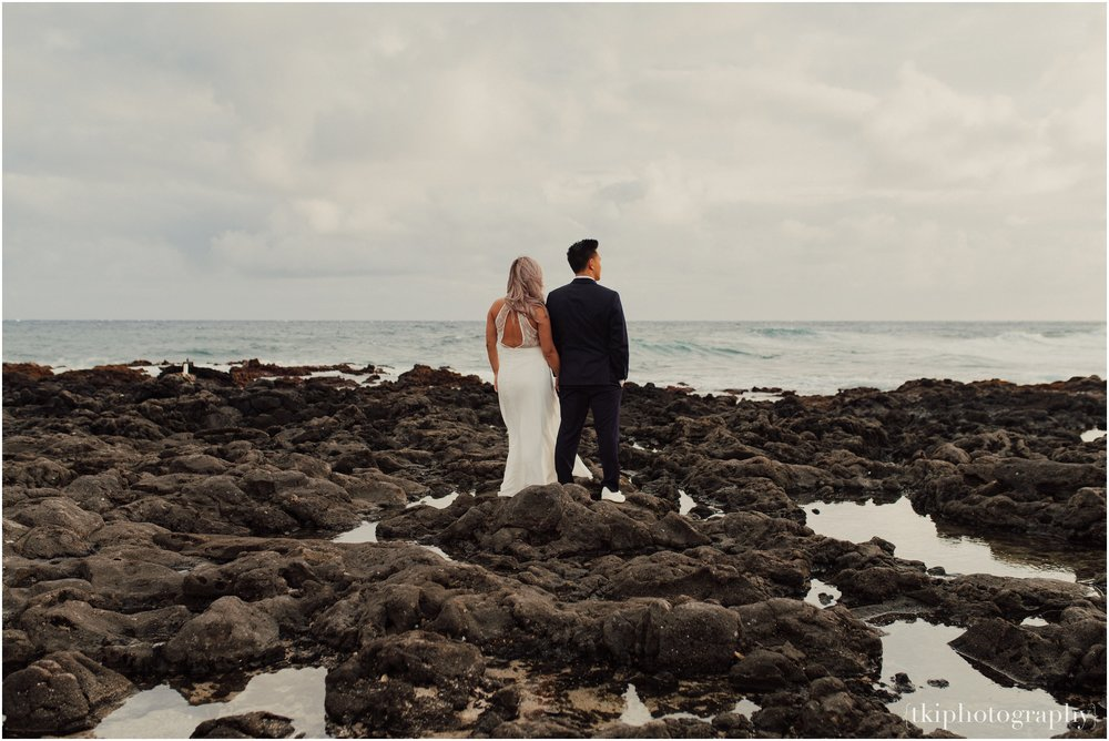Couples-Session-Hawaii-at-sunset-cliffside_0005.jpg
