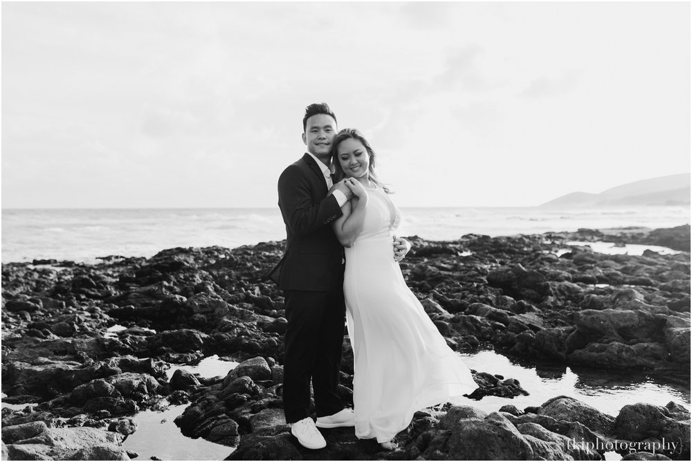 Couples-Session-Hawaii-at-sunset-cliffside_0006.jpg
