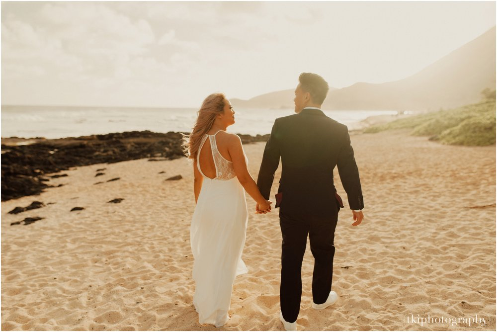 Couples-Session-Hawaii-at-sunset-cliffside_0007.jpg