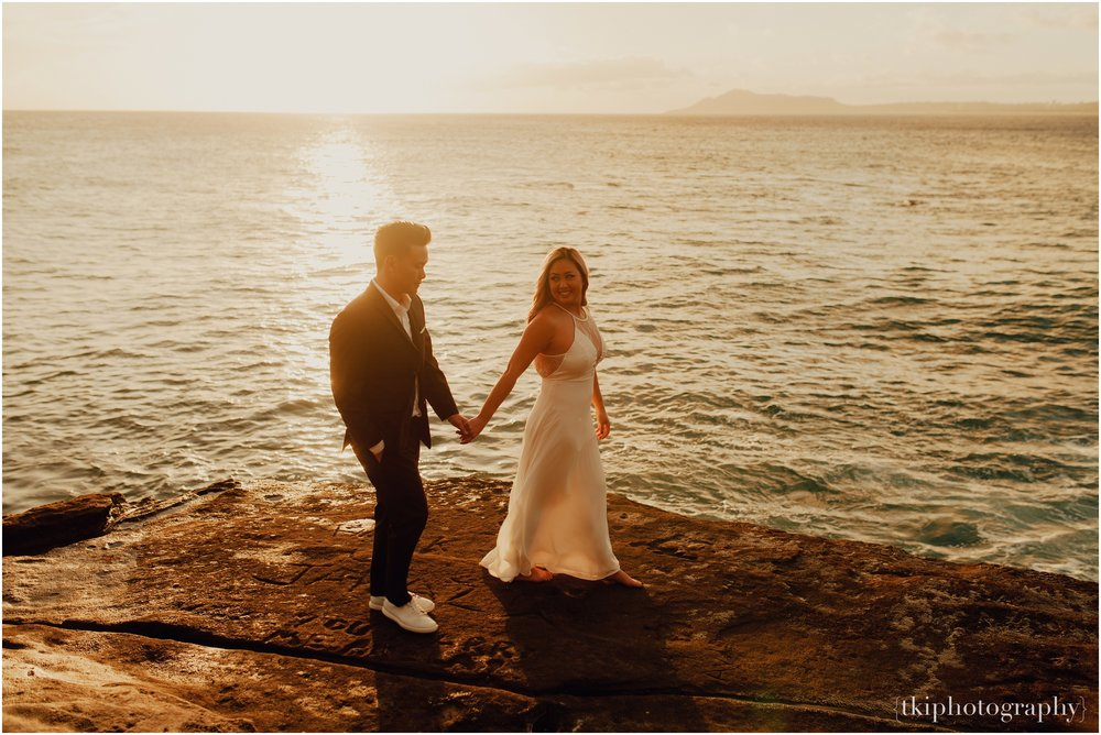 Couples-Session-Hawaii-at-sunset-cliffside_0008.jpg