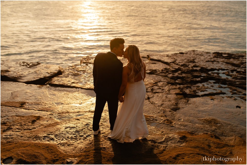 Couples-Session-Hawaii-at-sunset-cliffside_0009.jpg