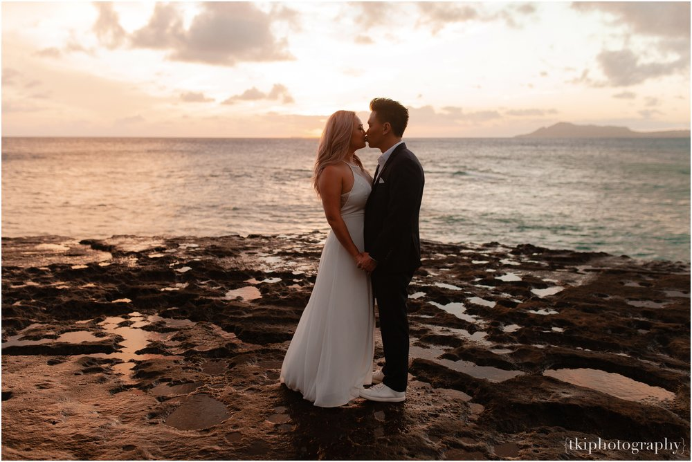 Couples-Session-Hawaii-at-sunset-cliffside_0012.jpg