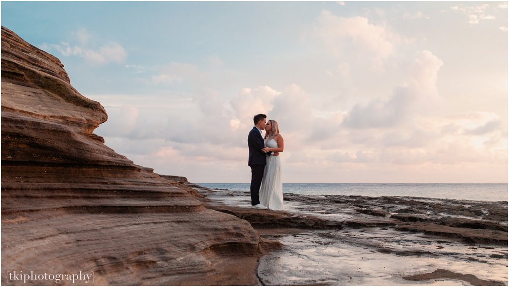 Couples-Session-Hawaii-at-sunset-cliffside_0013.jpg