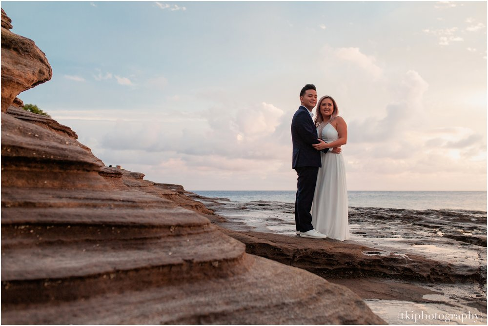 Couples-Session-Hawaii-at-sunset-cliffside_0014.jpg