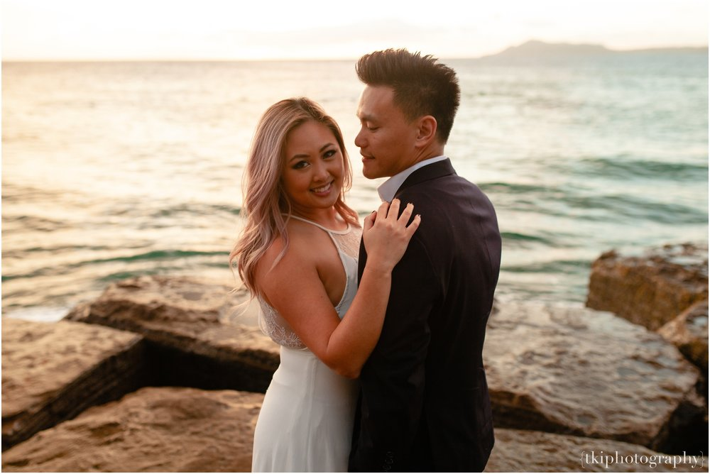 Couples-Session-Hawaii-at-sunset-cliffside_0016.jpg