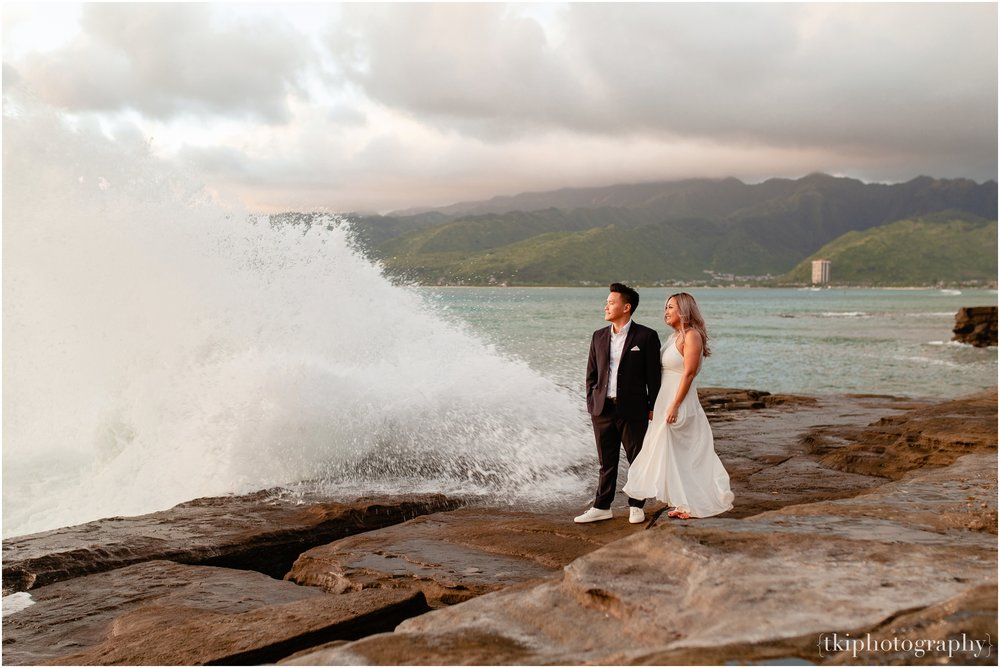 Couples-Session-Hawaii-at-sunset-cliffside_0017.jpg