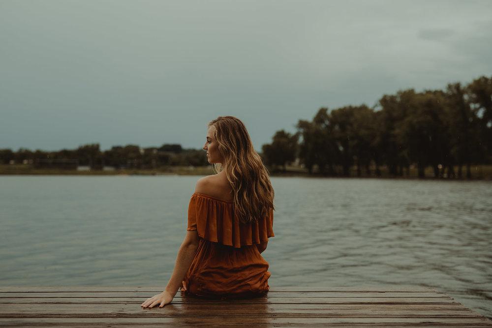 meg-senior-girl-sitting-on-dock-grays-lake-ankeny-high-school-desmoines-iowa-raelyn-ramey-photography-106.jpg