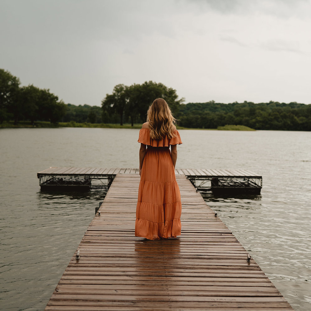meg-senior-girl-standing-on-dock-grays-lake-ankeny-high-school-desmoines-iowa-raelyn-ramey-photography-79.jpg