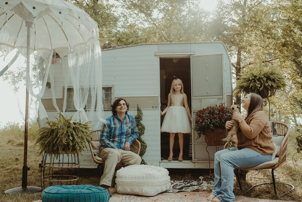 vintage-camper-mini-sessions-family-having-fun-iris-aisle-winterset-iowa-raelyn-ramey-photography-111.jpg