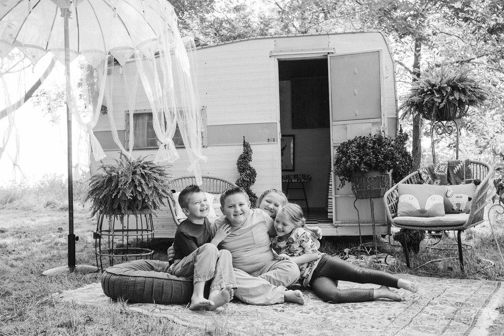 vintage-camper-mini-sessions-kids-playing-and-laughing-iris-aisle-winterset-iowa-raelyn-ramey-photography-56.jpg