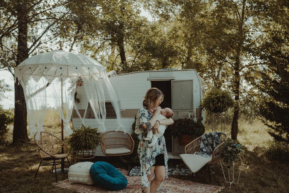 vintage-camper-mini-sessions-mom-holding-newborn-iris-aisle-winterset-iowa-raelyn-ramey-photography-1.jpg