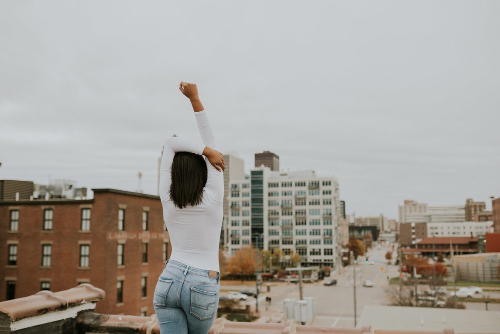 devina-girl-standing-on-roof-looking-at-the-city-senior-roosevelt-high-school-desmoines-iowa-raelyn-ramey-photography-85.jpg