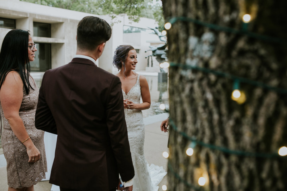 bride-talking-to-guests-desmoines-iowa-art-center-raelyn-ramey-photography.jpg