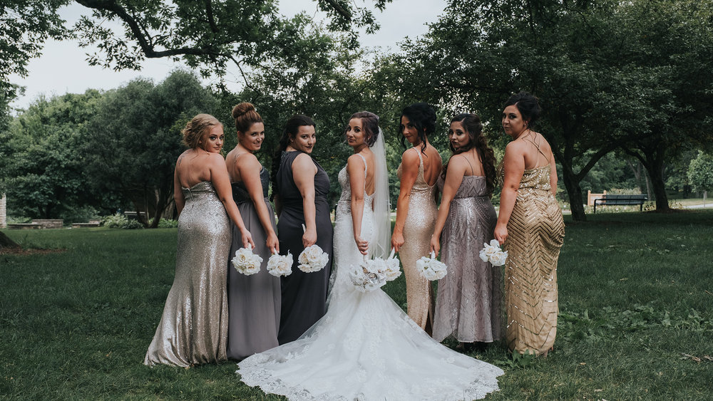 bridesmaids-posing-together-with-bouquets-desmoines-iowa-art-center-raelyn-ramey-photography.jpg