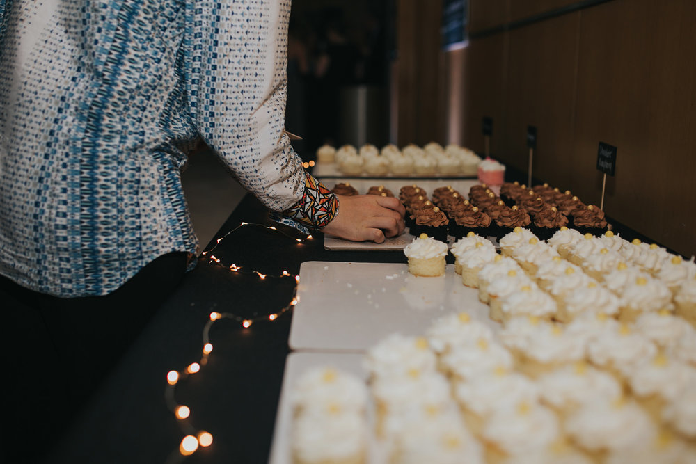 guest-taking-a-cupcake-from-display-desmoines-iowa-art-center-raelyn-ramey-photography.jpg