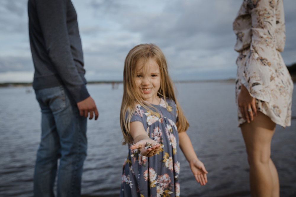mueller-family-daughter-holding-shells-granger-iowa-raelyn-ramey-photography.jpg