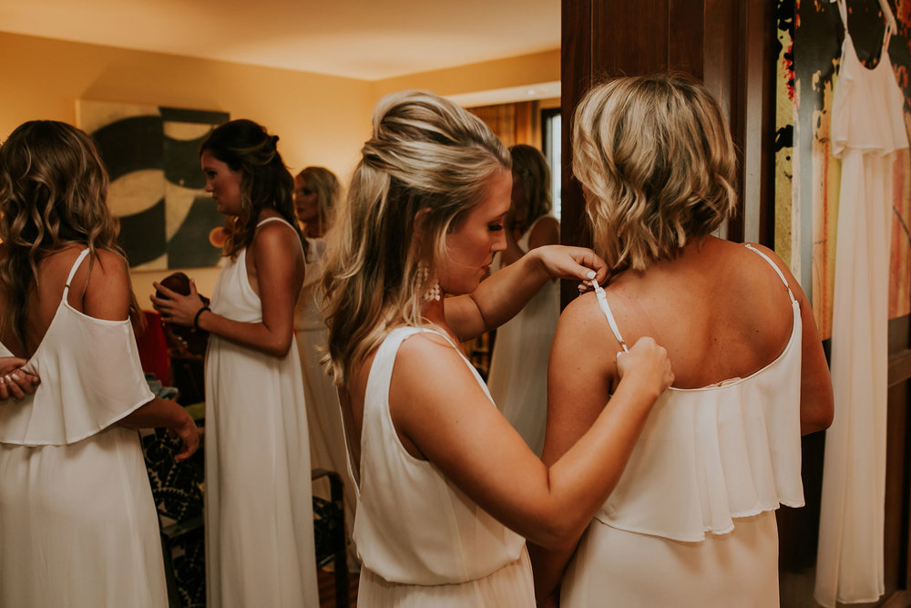 bridesmaids-getting-ready-hilton-omaha-nebraska-raelyn-ramey-photography.jpg