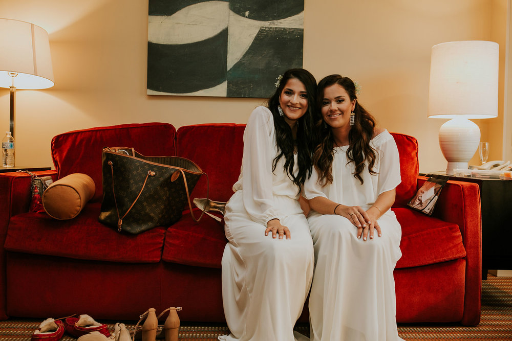 bridesmaids-posing-on-couch-hilton-omaha-nebraska-raelyn-ramey-photography.jpg