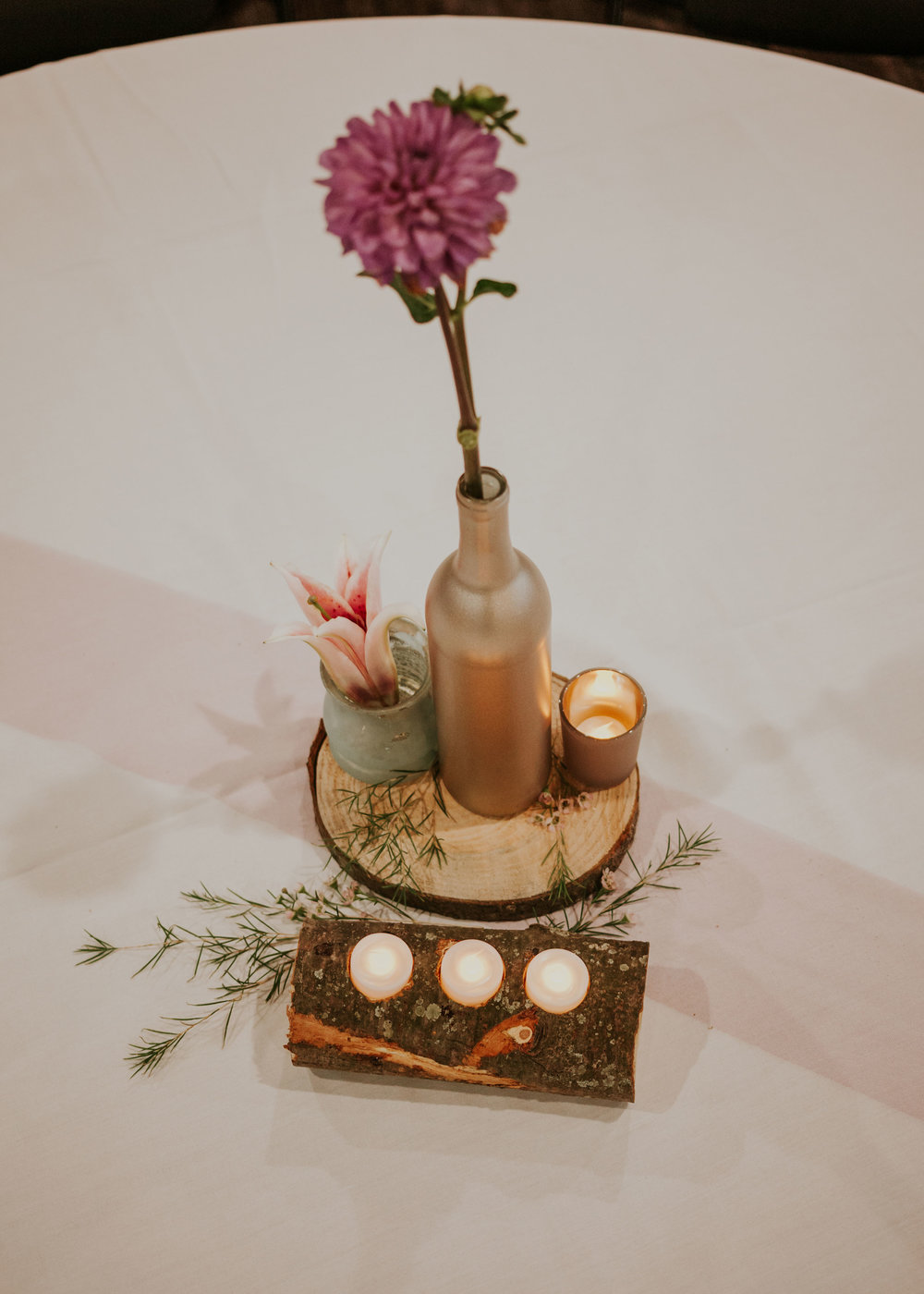 details-and-flowers-on-tables-pella-plaza-desmoines-iowa-raelyn-ramey-photography.jpg